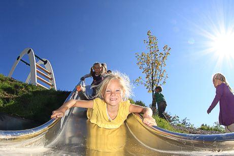 """Am Ende des Weges bei der Knappenkapelle und unterhalb des Panoramagasthofs Kristberg befindet sich die """"Silberspielwelt"""" als weitere Attraktion für Kinder. Unterschiedliche Spielelemente machen den Bergbau hier für alle Sinne erlebbar und lassen Kinder in die Arbeitswelt der Knappen eintauchen."""