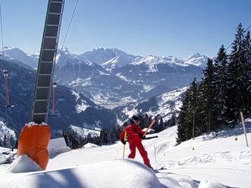 Beim Familien- und Genussskigebiet Kristberg können Kinder noch selber die Skilifte nutzen und auch mal alleine eine paar Abfahrten machen, wärend die Eltern sich in Ruhe eine Tasse Kaffee oder Tee auf der Terasse gönnen.