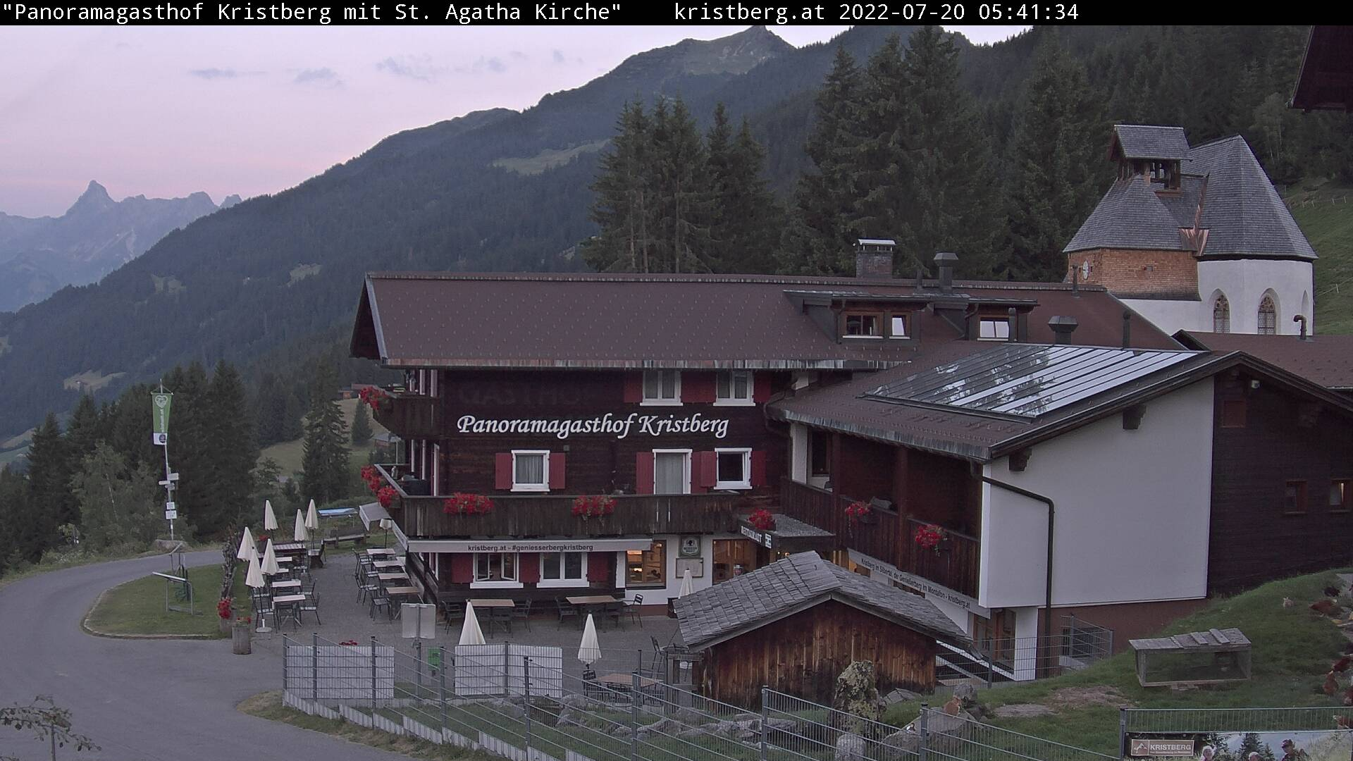 Die Webcam mit diesem Livebild zeigt den Panoramagasthof Kristberg, die St. Agatha Bergknappenkapelle, den Blick auf die Rätikongebirgsgruppe mit der Zimba, sowie die Ganzaläta, Falle und die obere Wiese mit Alpilaköpfle.