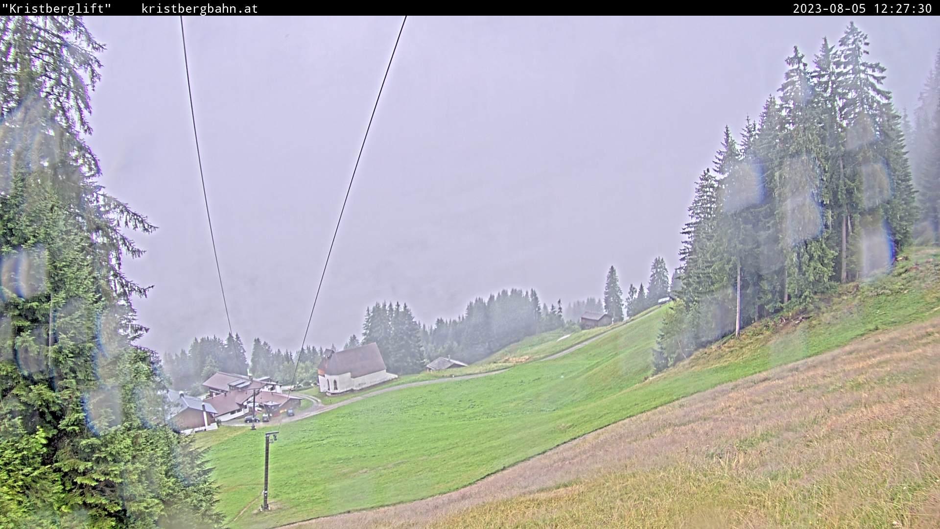 Die Webcam mit diesem Livebild zeigt den Blick auf die Skipiste vom Familienskigebiet Kristberg (Kristberglift), den Panoramagasthof Kristberg, die St. Agatha Knappenkapelle, die Verwall- und Rätikongebirgsgruppe mit Schruns-Tschagguns, Latschau und Golm.